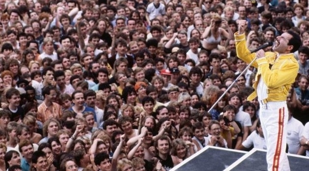 Freddie Mercury vs Multitud