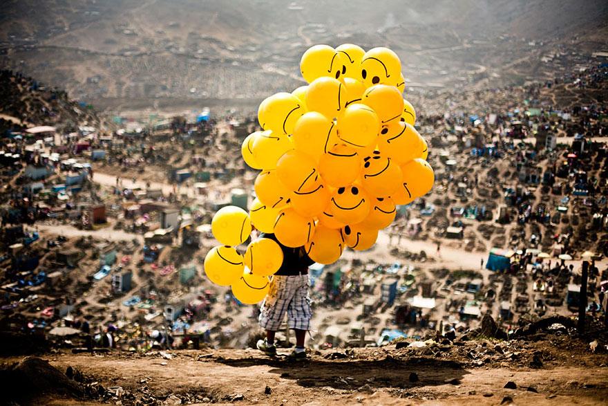 """Premio Nacional de Perú: """"Sonrisas en el cementerio"""" por Milko Torres Ramírez"""
