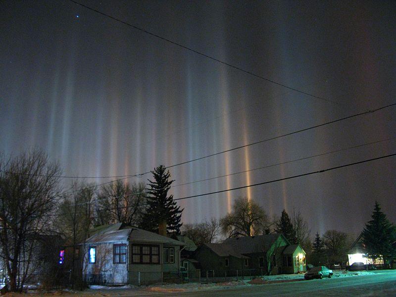 800px-Light_pillars_over_Laramie_Wyoming_in_winter_night