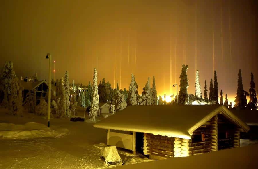 Postes de luz en la pista de esquí de Ruka, Finlandia
