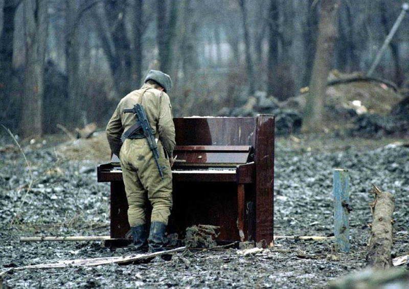 photographs-russian-soldier-piano