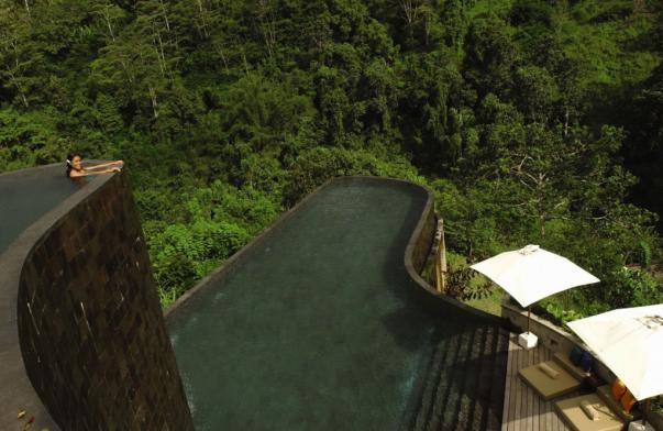 El hotel está situado en la garganta del río Ayung, y te da una experiencia espectacular de varios lugares de interés cultural y el encanto de la naturaleza mágica de centro de Bali.