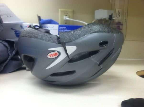 El casco de un ciclista tras un accidente... de ahí la importancia de usar casco.