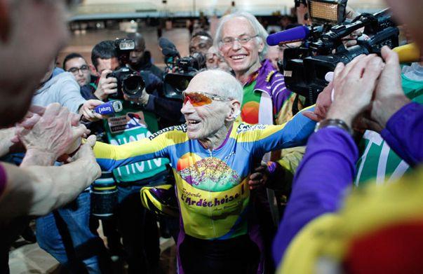 Un ciclista francés de 102 años rompe su propio récord mundial: 26 kilómetros en una hora.