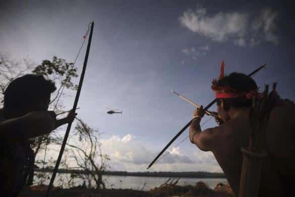indigenas contra helicoptero