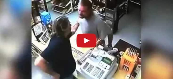 Ladrón saca la pistola en una tienda de licores, pero el dependiente es más rápido
