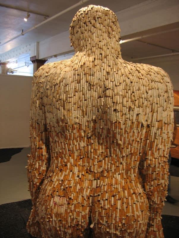 escultura hecha con colillas