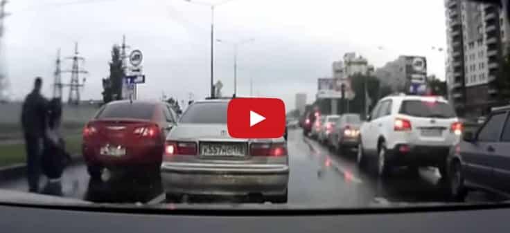 Antes de pelearte con alguien en la carretera piénsatelo dos veces (vídeo)