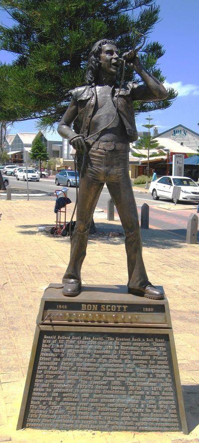 estatua bon scott