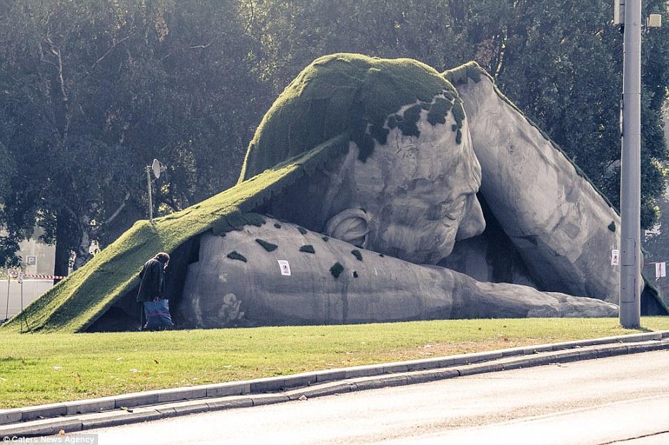 escultura cesped