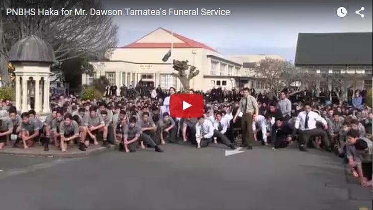 """Estudiantes realizan un impresionante y multitudianario baile """"Haka"""" en el funeral de su profesor"""