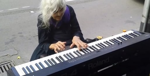 Tiene 80 años y un talento natural, pero ha preferido tocar siempre en la calle