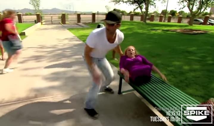 Criss Angel estuvo de pasada en un parque y cuando hizo ESTO, todos quedaron horrorizados